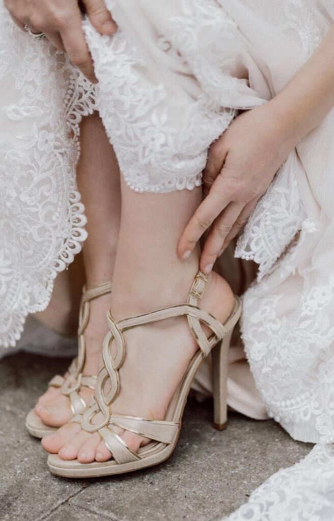 Braut-zieht-Brautschuhe-an