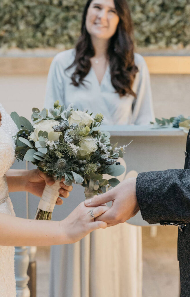 Brautpaar-haelt-Hand