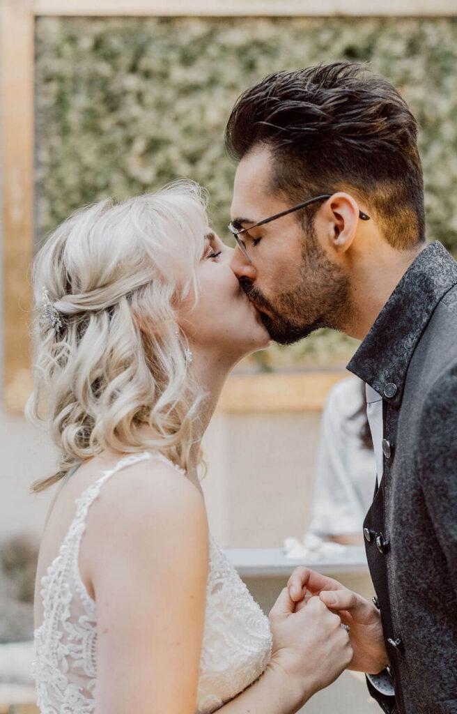 Brautpaar-kuesst-sich